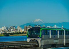 富士山をバックに走行する東京モノレール10000形車両