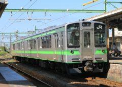 吉田駅に停車中のJR東日本E127系電車