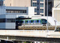 天王洲アイル駅を出発する東京モノレール10000形車両
