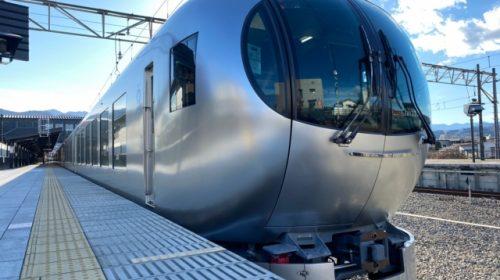 愛称「ラビュー」で池袋線特急として運行されている西武001系電車