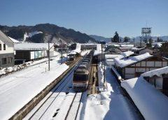 飛騨古川駅に停車中の特急「(ワイドビュー)ひだ」キハ85系気動車 ©Katsumi