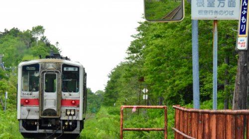 根室本線(花咲線)昆布森駅を発車するJR北海道キハ54形気動車