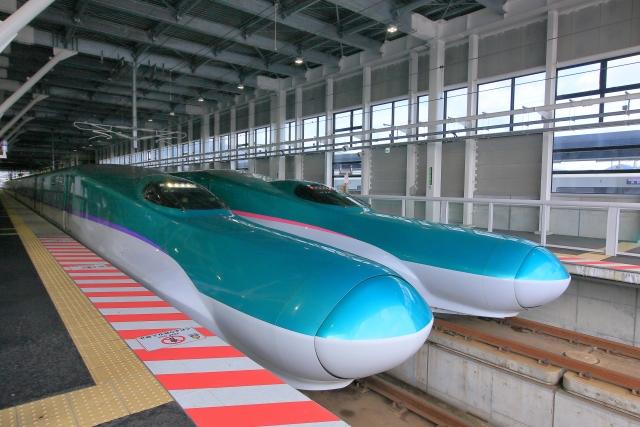 北海道新幹線新函館北斗駅で並ぶJR北海道H5系とJR東日本E5系