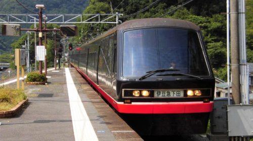 蓮台寺駅に到着する伊豆急行2100系「リゾート21/黒船電車」