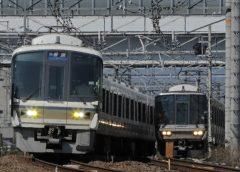 JR西日本221系電車(左)と223系電車(写真AC/ポニー)