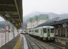 大湊駅に停車中の快速「しもきた」JR東日本キハ100形気動車(写真AC/忍者くん)