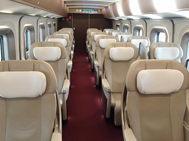 東北・北海道新幹線「はやぶさ」に連結されているグランクラスの車内(写真AC/Usagino Saku)