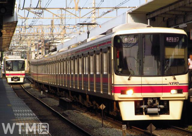 京王8000系電車の並び(りっくん_/写真AC)