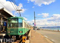 鎌倉高校前駅に停車中の江ノ島電鉄1000形電車(たろとれ/写真AC)
