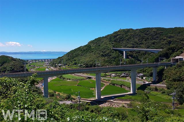 大村湾を望む嬉野温泉駅〜新大村駅間の西九州新幹線高架橋(パッキー/写真AC)