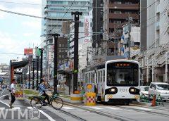 阿倍野停留所を発車する阪堺電気軌道モ701形電車(Katsumi/TOKYO STUDIO)