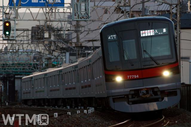 座席指定制列車「THライナー」に使用される東武70000系(70090型)電車(tarousite/PIXTA)