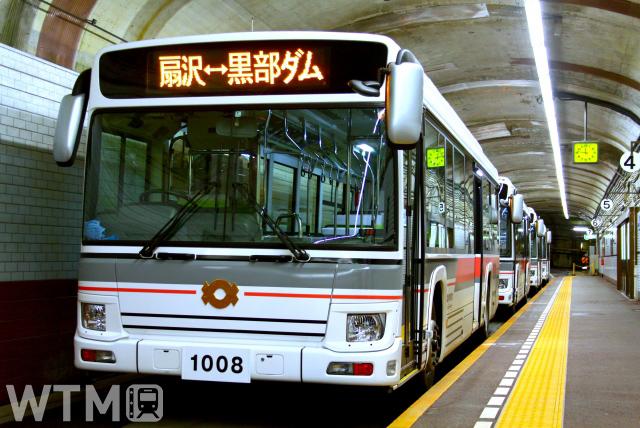 従来のトロリーバスに代わり2019年から扇沢〜黒部ダム間を運行している関電トンネル電気バス(りっくん_/写真AC)