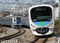 すれ違う西武鉄道6000系電車(左)と30000系電車(たかさくら/写真AC)