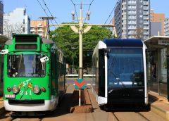札幌市電240形電車(左)と1100形電車(まこりげ/写真AC)
