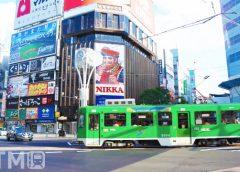 すすきの交差点を横断する札幌市電3300形電車(ちゃくらこ/写真AC)