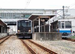 筑前前原駅に停車中のJR九州305系電車(左)と福岡市地下鉄1000N系電車(medetai/写真AC)