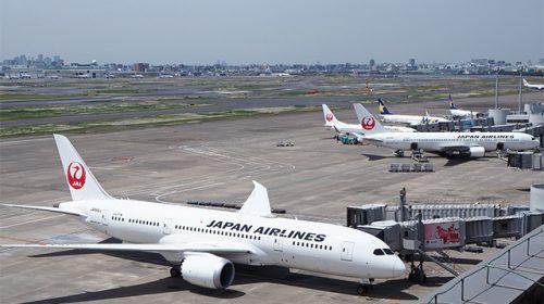 羽田空港に停泊中のJAL機(Katsumi/TOKYO STUDIO)
