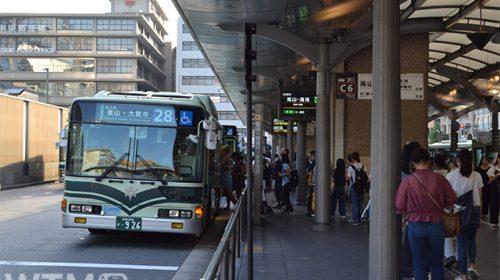 インバウンド客などで賑わっていた頃の京都駅前市バスのりば(Katsumi/TOKYO STUDIO)