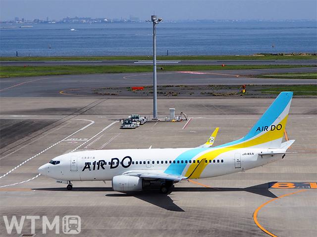 羽田空港滑走路のAIRDO ボーイング737-700型機(Katsumi/TOKYO STUDIO)