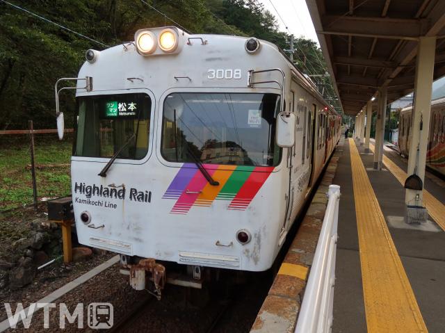 上高地線新島々駅に停車中のアルピコ交通3000系電車(Saffron/写真AC)