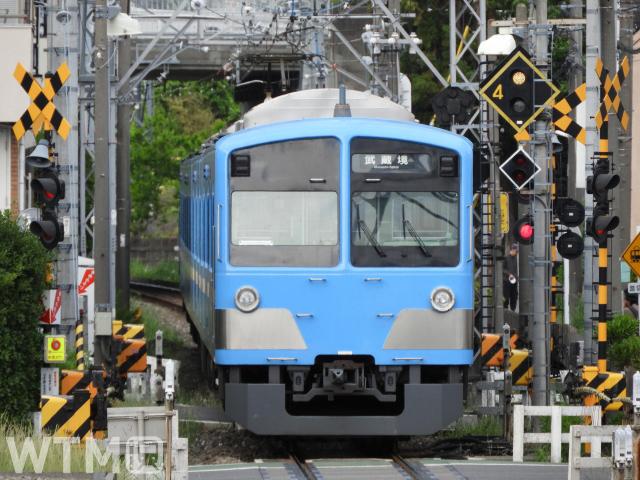 多摩駅〜白糸台駅間を走行する西武101系電車(ジュンP/写真AC)