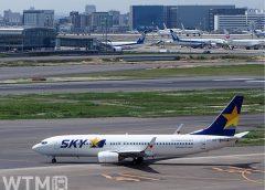 羽田空港滑走路を走行するスカイマークのボーイング737−800型機(Katsumi/TOKYO STUDIO)