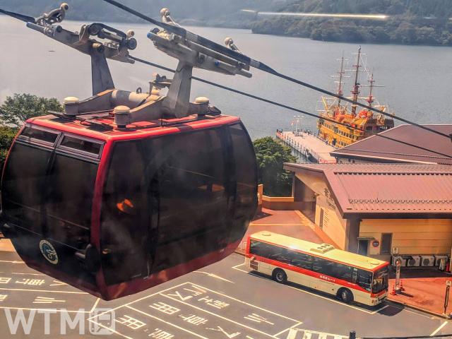 箱根ロープウェイから眺める芦ノ湖と箱根海賊船、箱根登山バス(みぃこ❁/写真AC)