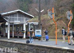 芸備線備後落合駅に停車中のJR西日本キハ120形気動車(Katsumi/TOKYO STUDIO)