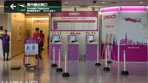 成田空港第3ターミナルのPeach国内線カウンター(Katsumi/TOKYO STUDIO)