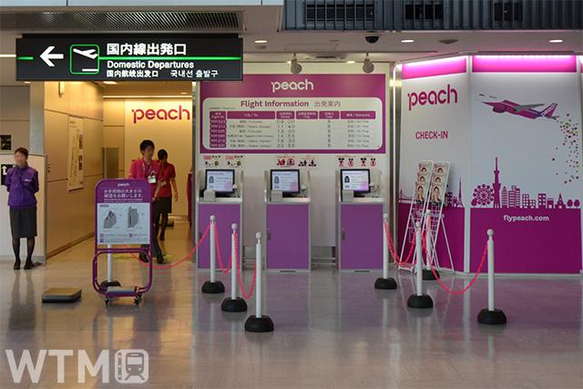 成田空港第1ターミナルのPeach国内線チェックインカウンター(Katsumi/TOKYO STUDIO)
