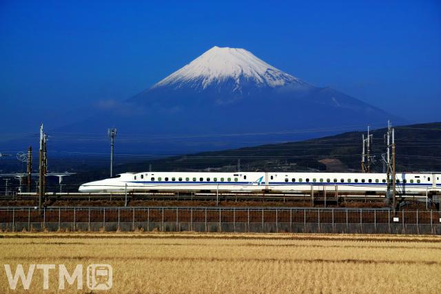 富士山を背景に走行する東海道新幹線N700A(ポコポコ/写真AC)