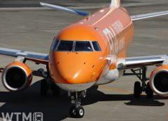 名古屋小牧空港の滑走路を走行するFDA エンブラエルERJ-175型機(Tikipon/PIXTA)