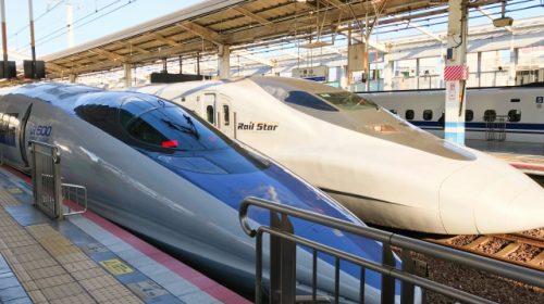 山陽新幹線岡山駅に停車中の500系(左)と700系「レールスター」(けんぼ/写真AC)