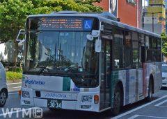 渡辺通りの天神バス停付近を走行する西日本鉄道の一般路線バス車両(Katsumi/TOKYO STUDIO)