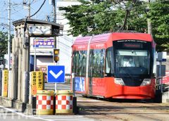 米島口停留所に到着する万葉線MLRV1000形電車(くろてん/写真AC)