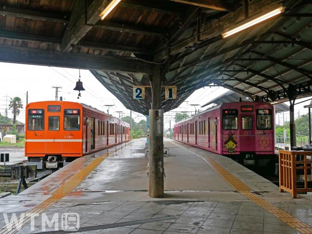 出雲大社前駅に停車中の一畑電車1000系電車並び(真明/写真AC)