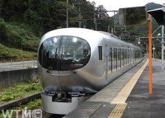 横瀬駅に停車中の特急「ラビュー」西武001系(Saffron/写真AC)
