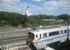 大阪モノレール2000系電車と万博記念公園「太陽の塔」(そい/写真AC)