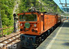 欅平駅に停車中の黒部峡谷鉄道EDR形電気機関車とトロッコ客車(@tomozoo/写真AC)