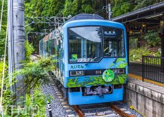 鞍馬駅に停車中の叡山電鉄800系電車(photoB/写真AC)