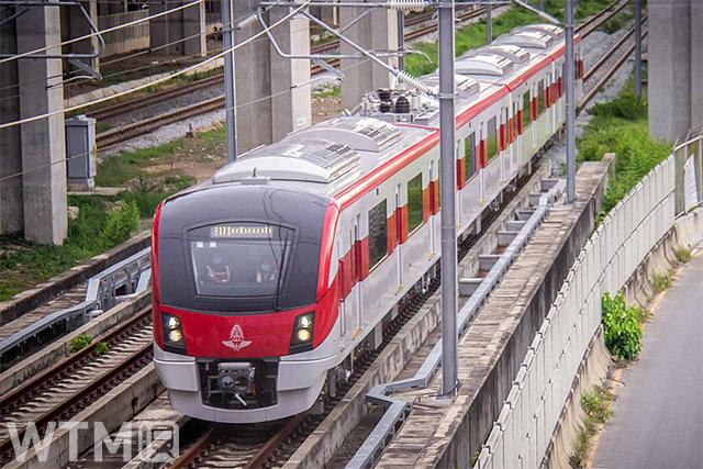 SRTライトレッドラインを走行する日立製のSRT2000系電車(ChitipatWitee/Wikipedia - CC BY-SA 4.0)