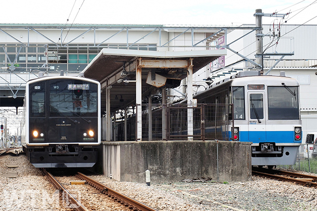 筑前前原駅に停車中のJR九州305系電車(左)と福岡市交通局1000系電車(medetai/写真AC)