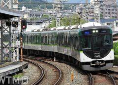 京阪本線中書島駅に到着する京阪13000系電車(ジュンP/写真AC)