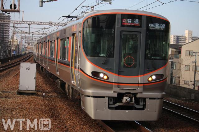大阪環状線で運行しているJR西日本323系電車(KUZUHA/写真AC)