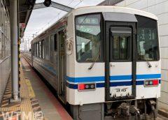 山陰本線出雲市駅に停車中のJR西日本キハ120形気動車(SakuraiAmi/写真AC)