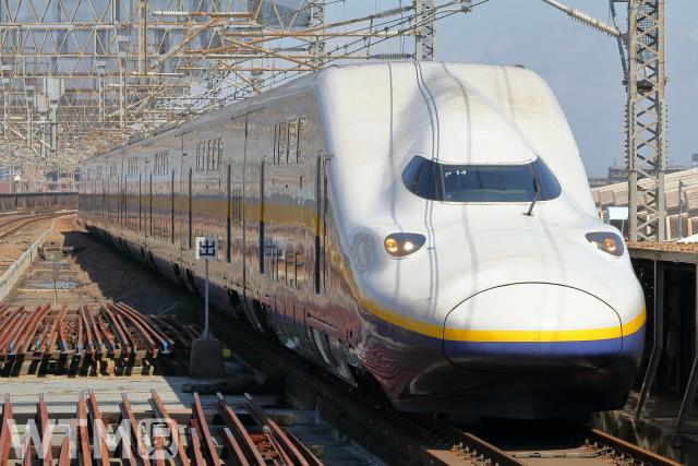 旧塗装の黄色帯をまとった新幹線E4系「Max編成」(HK-SAN/写真AC)