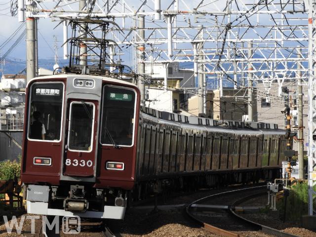 京都本線桂駅〜西京極駅間を走行する阪急8300系電車(ジュンP/写真AC)