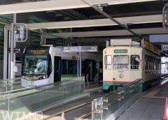 富山駅停留所に停車中の富山地方鉄道T100形電車「サントラム」(左)と7000形電車(gypsyhirano/写真AC)