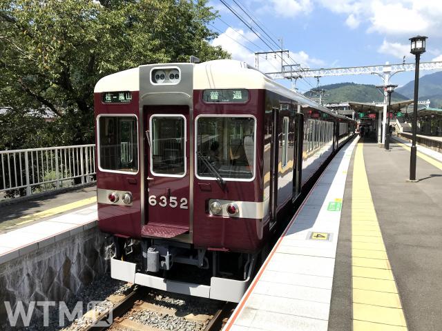 嵐山駅に停車中の阪急6300系電車(ミハイル/写真AC)